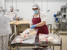 Silvia envasando pizzas