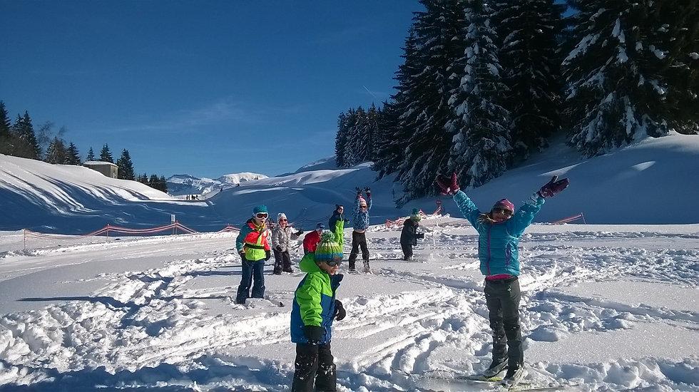 Enfants ski de fond neige jeux