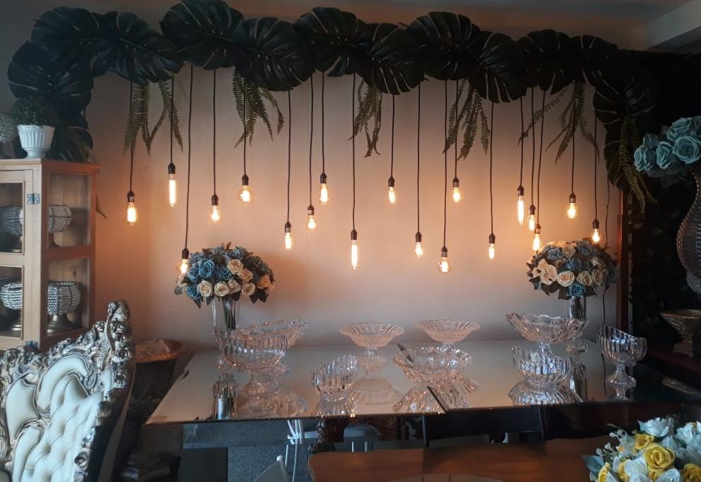 Mesa espelhada, peças cristais, painel de lâmpadas vintage