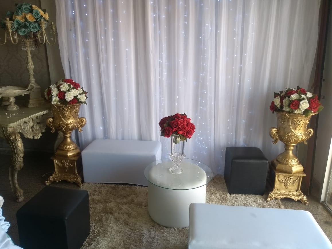 Espaço lounge com puffs