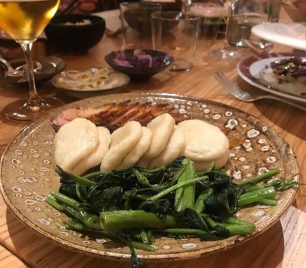 Chā Shaō (pancetta di maiale marinata in stile cantonese con crosta croccante al miele e spezie servita con panino al vapore e verdure)
