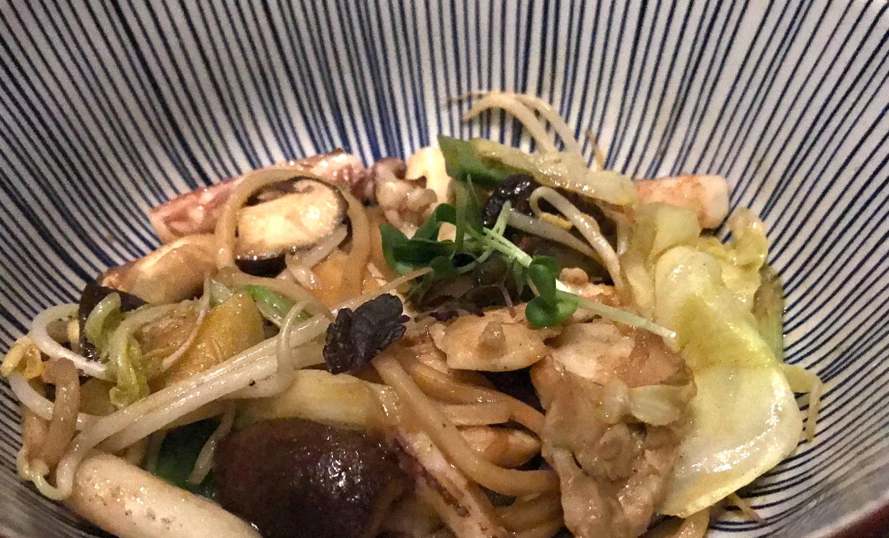 Yaki Soba - spaghetti freschi al salto con verdure, calamari e pesce bianco