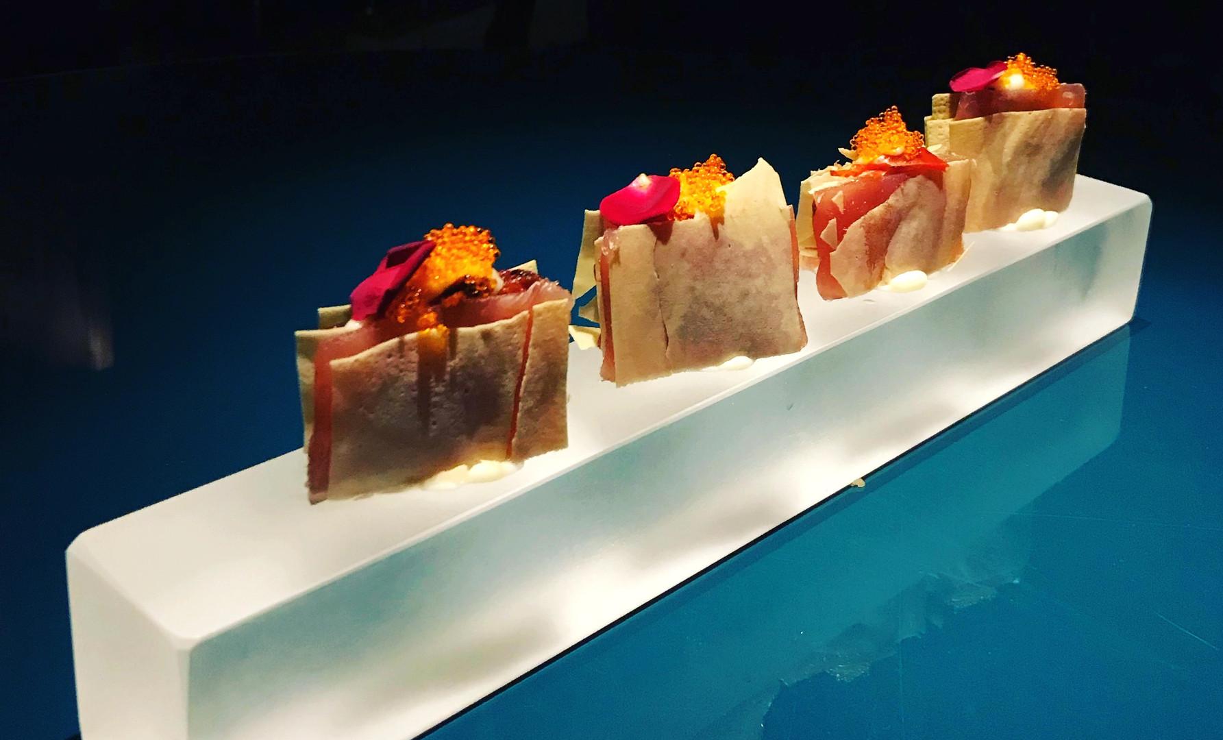 Millefoglie di tonno con besciamella, pomodoro al forno, olio al tartufo e uova di pesce volante