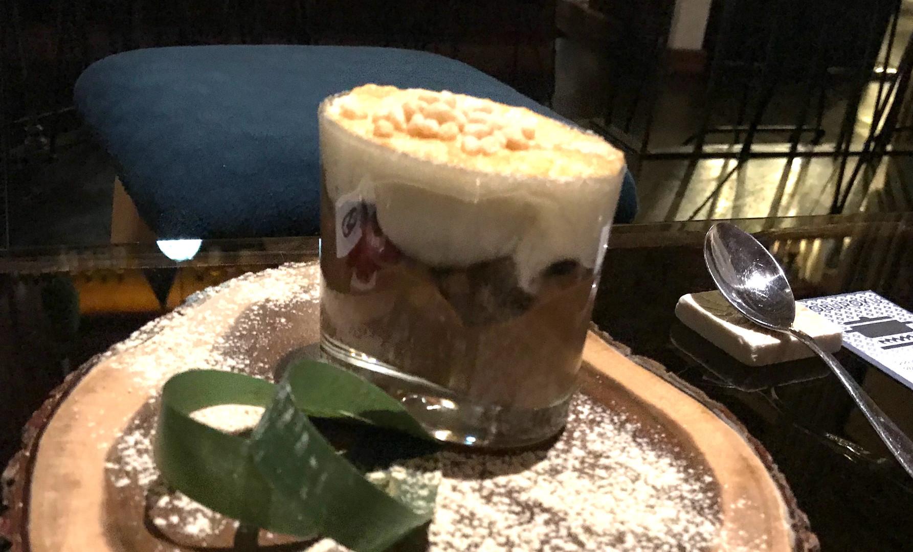 Mousse al cioccolato caramellato, pan di spagna giapponese, frutta fresca, mochi gelato alla vaniglia, meringa e riso soffiato