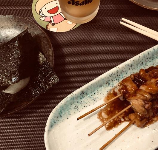 Yakitori di pollo e onigiri