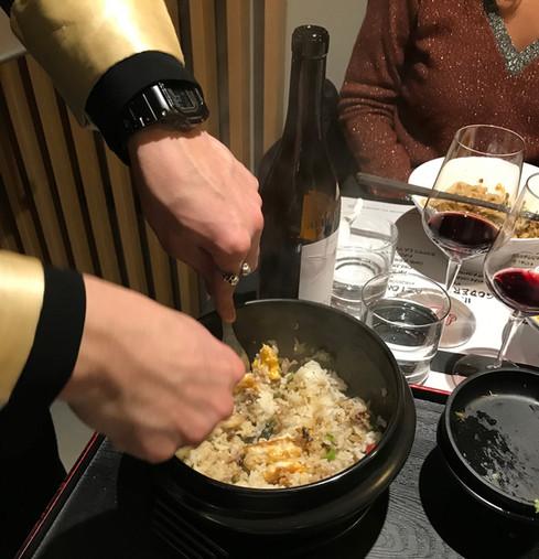 Riso bianco in ciotola di pietra con frattaglie di pollo piccanti, erba cipollina, coriandolo e pepe rosso (l'immagine non rende... ma è buonissimo!)