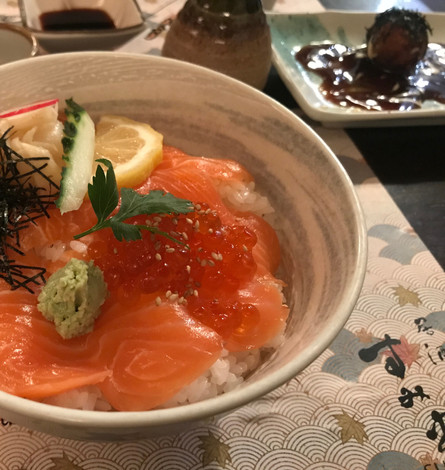Chirashi di salmone e uova di salmone