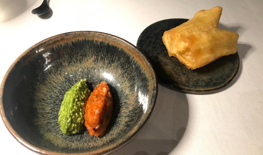 Youtiao (bocconcino di pastella fritto) con caponata e pesto