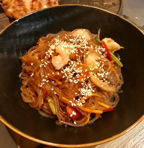 Japche di gamberi (spaghetti di amido di patata dolce, peperoni, cipolle, carote, gamberi)
