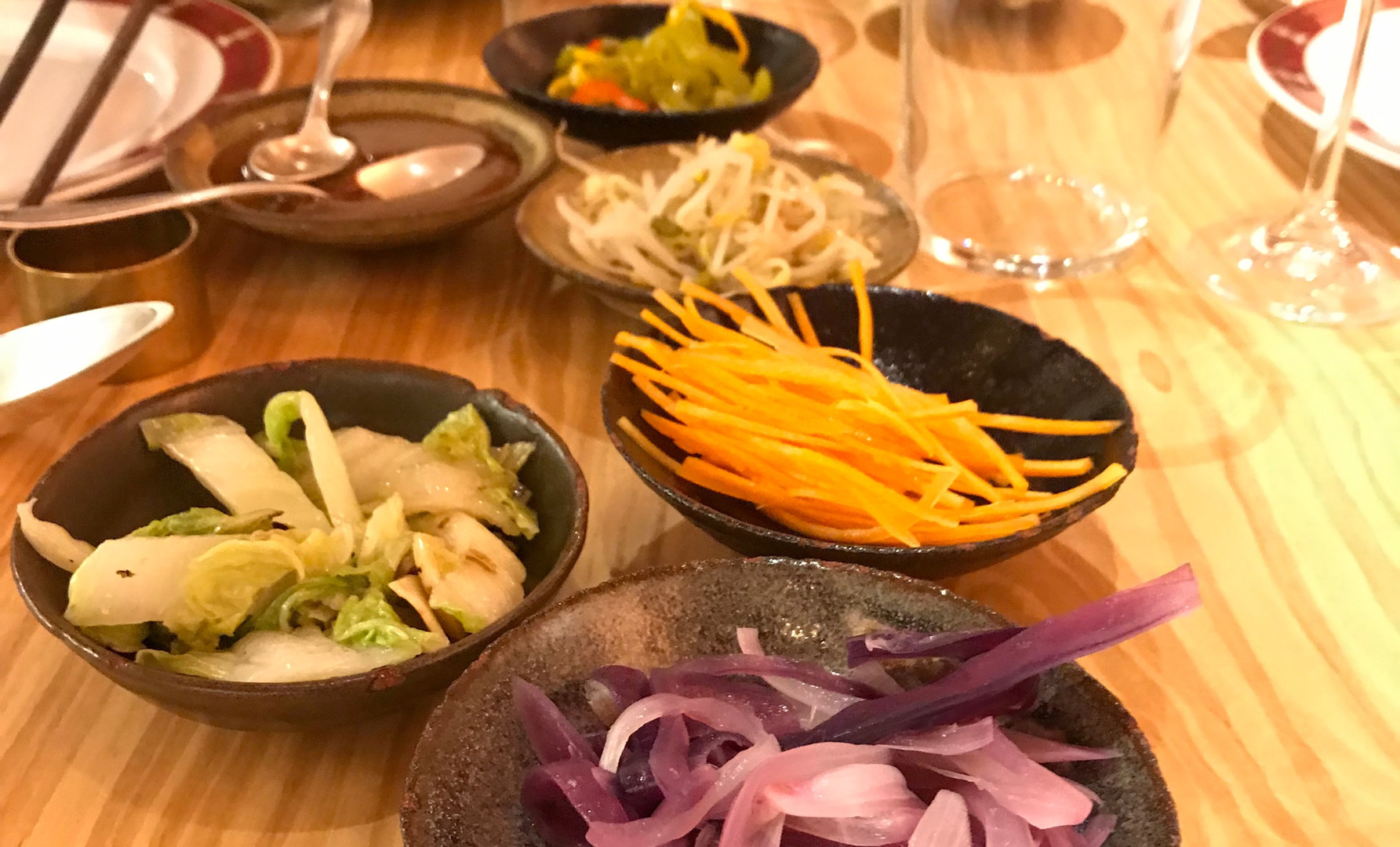 Involtino di pimavera tradizionale (crespelle di farina di grano tenero biologico, selezione di verdure e salsa artigianale ai fagioli rossi fermentati)