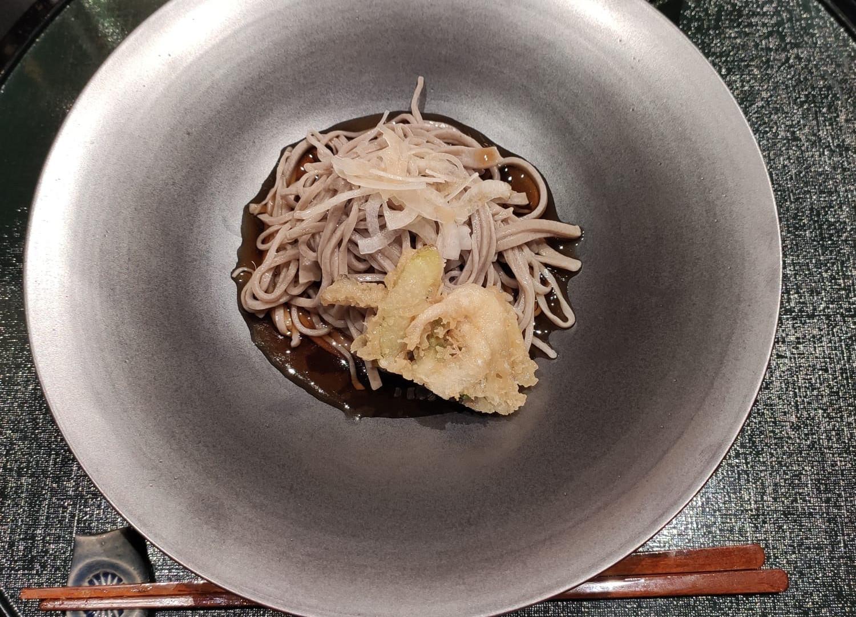 Teuci soba // soba di farina di grano saraceno, gamberi in tempura, crudo di cipollotti e salsa soba dashi