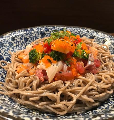 Insalata di Soba (Pasta di grano saraceno con misto di pesce e verdura)