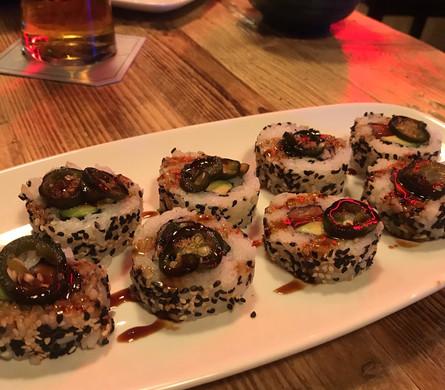 Uramaki di salmone, avocado, pickled jalapeños e teriyaki