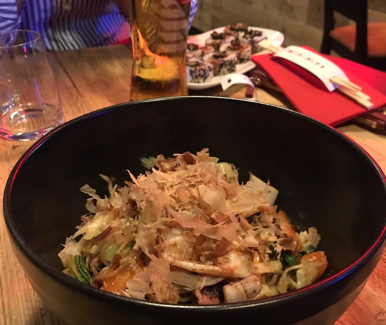Soba con calamaretti, verdure, katsuobushi e salsa ponzu