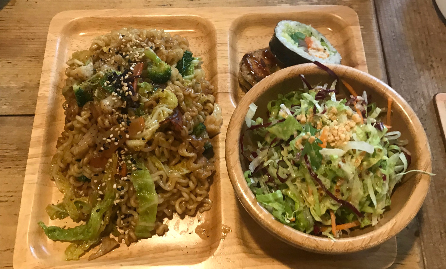Lunch Set (Ramion vegetariano, kimbab 2 pezzi a scelta, insalata di semi di sesamo, te verde al riso soffiato)