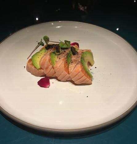 Salmone affumicato con corteccia, avocado e tartufo