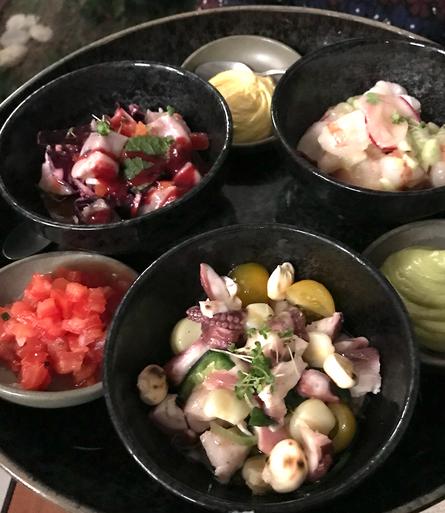 Tostada con tre diverse cheviche di pesce servite con guacamole, pico giallo e salsa di tamarindo