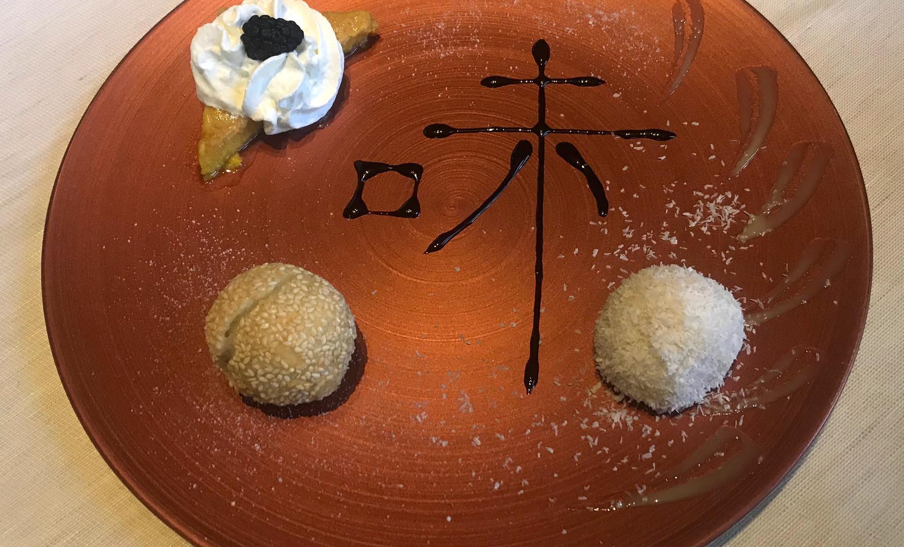 Tris di dessert: Polpetta di riso al vapore con cocco, Budino di zucca con panna, Polpetta di riso fritta con sesamo