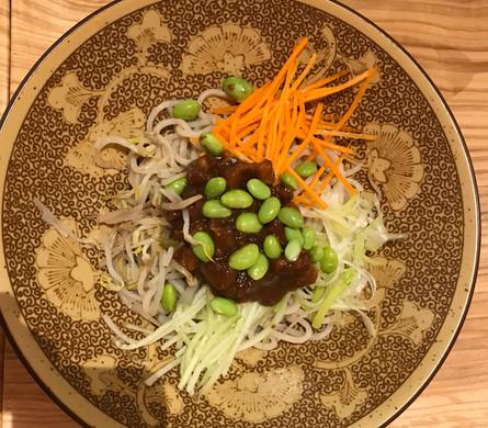 Spaghetti di Pechino (spaghetti di grano tenero con ragu di pancetta e soia fermentata con verdure di stagione)