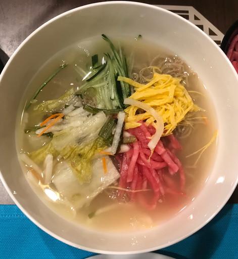 Oe Naengmyeon - spaghetti di grano saraceno in brodo freddo baek kimchi (il baek kimchi è il cavolo cinese marinato e fermentato con le spezie)