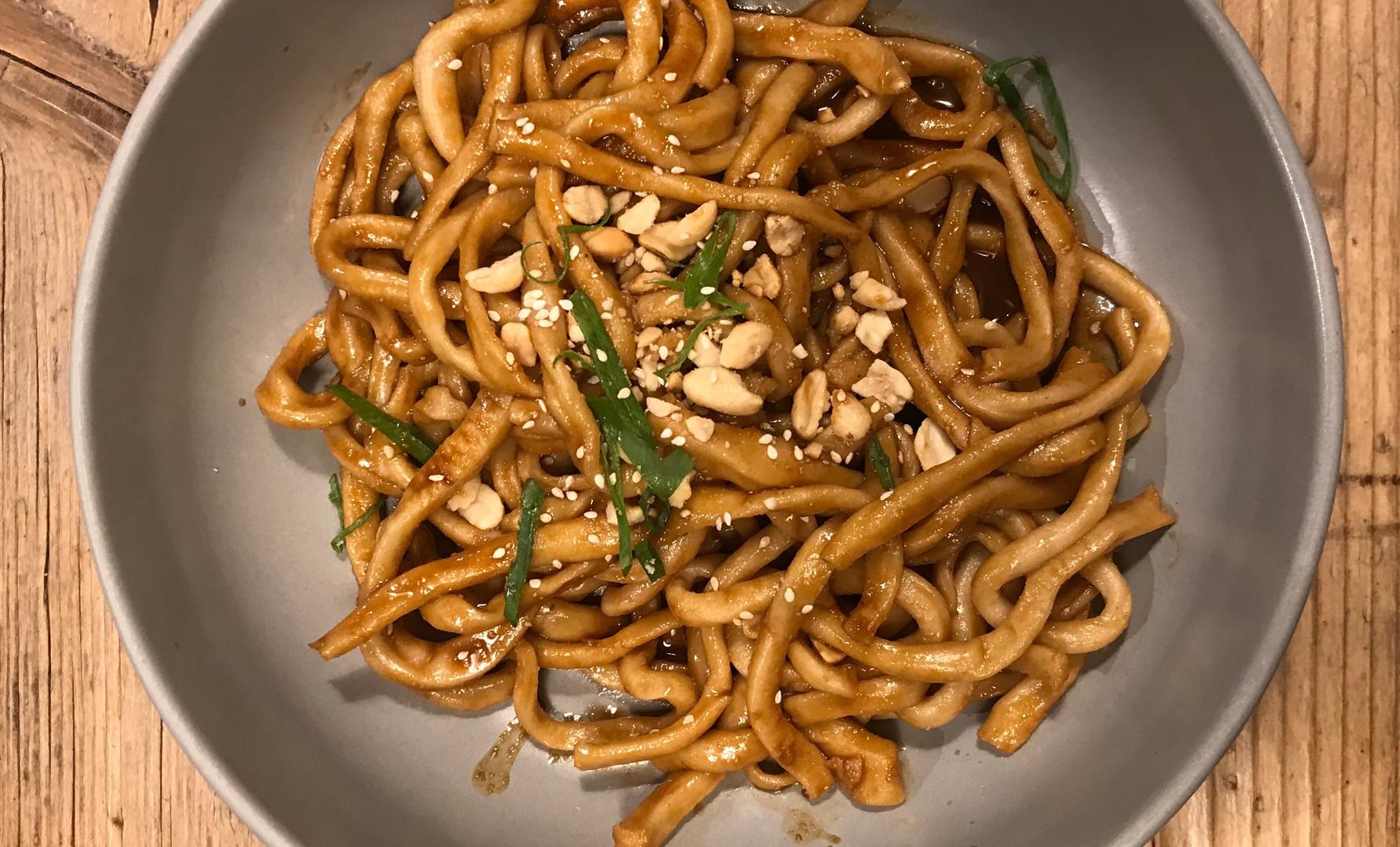 Spaghetti tirati a mano, salsa di sesamo e pepe di Sichuan