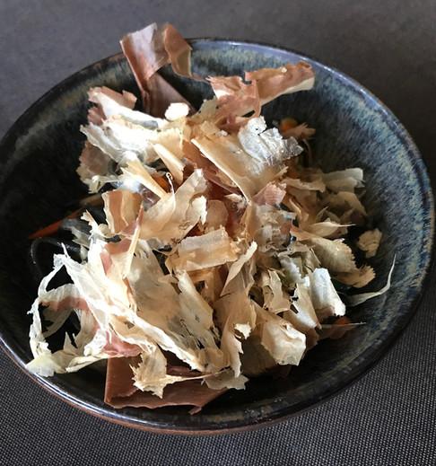 Soba neri - Spaghetti al nero di seppia, uova di ikura, verdure miste, salmone, gamberi, calamari e scaglie di katsuobushi