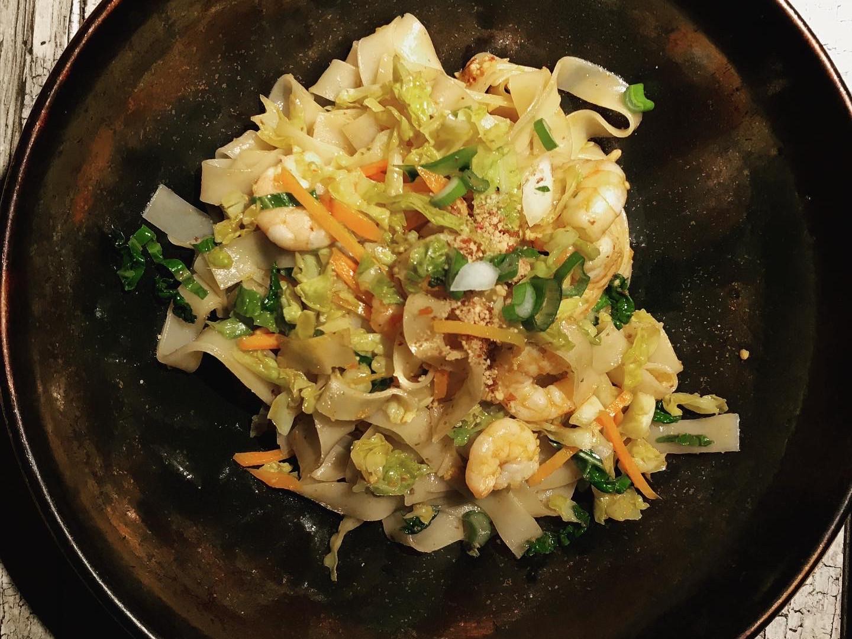 Pad Thai saltato con verdure e gamberi