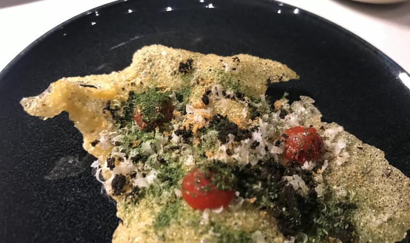 Nord e Sud. Polenta chip, pomodori, basilico, olive, acciughe e Parmigiano