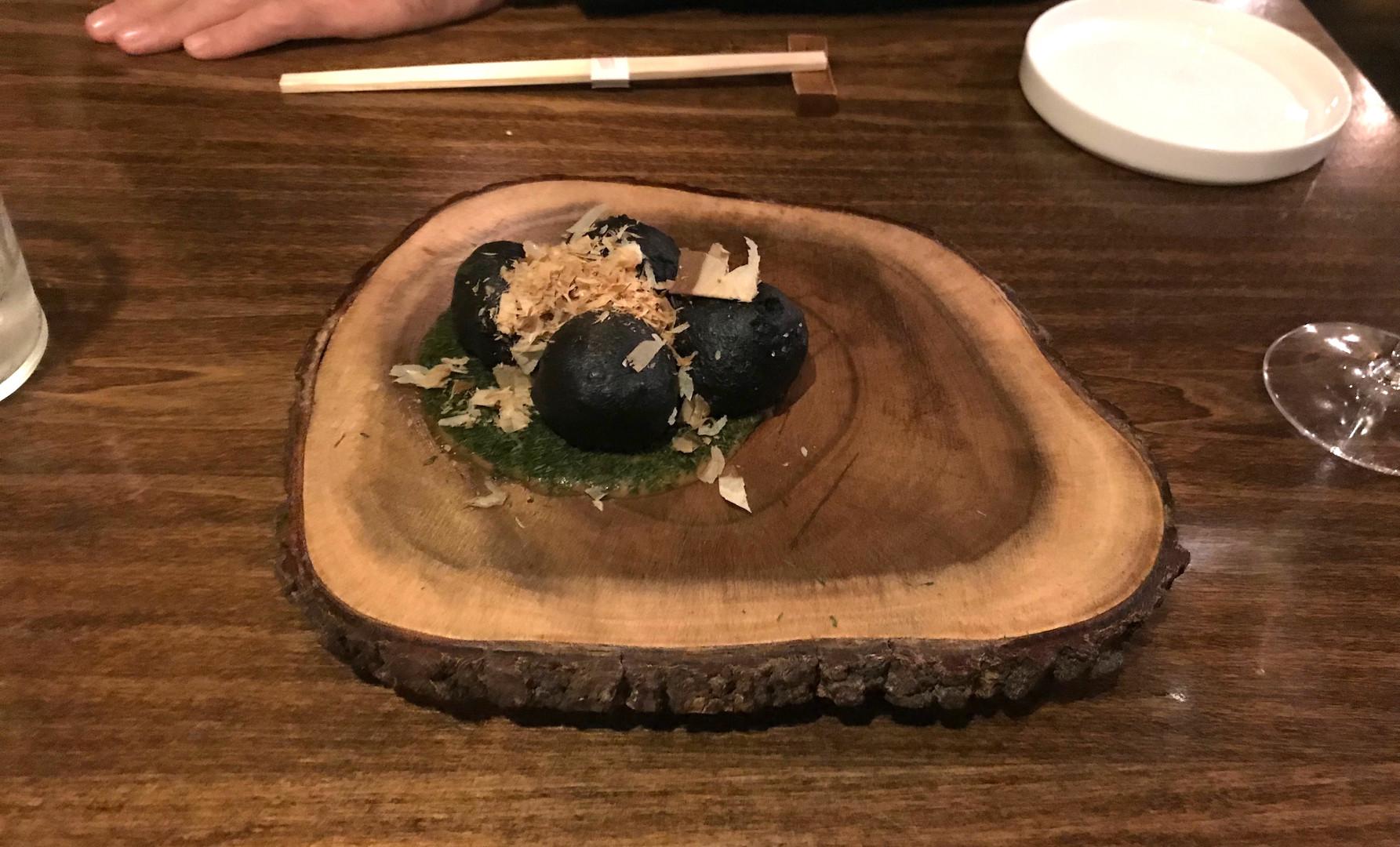 SATSUMADGE TAKOYAKI FU (Polpettine di polpo in tempura al nero di seppia, servite in salsa takoyaki, alga nori e polere di bonito)