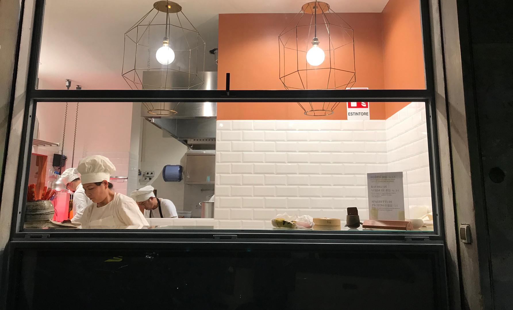 Affacio della cucina sulla strada