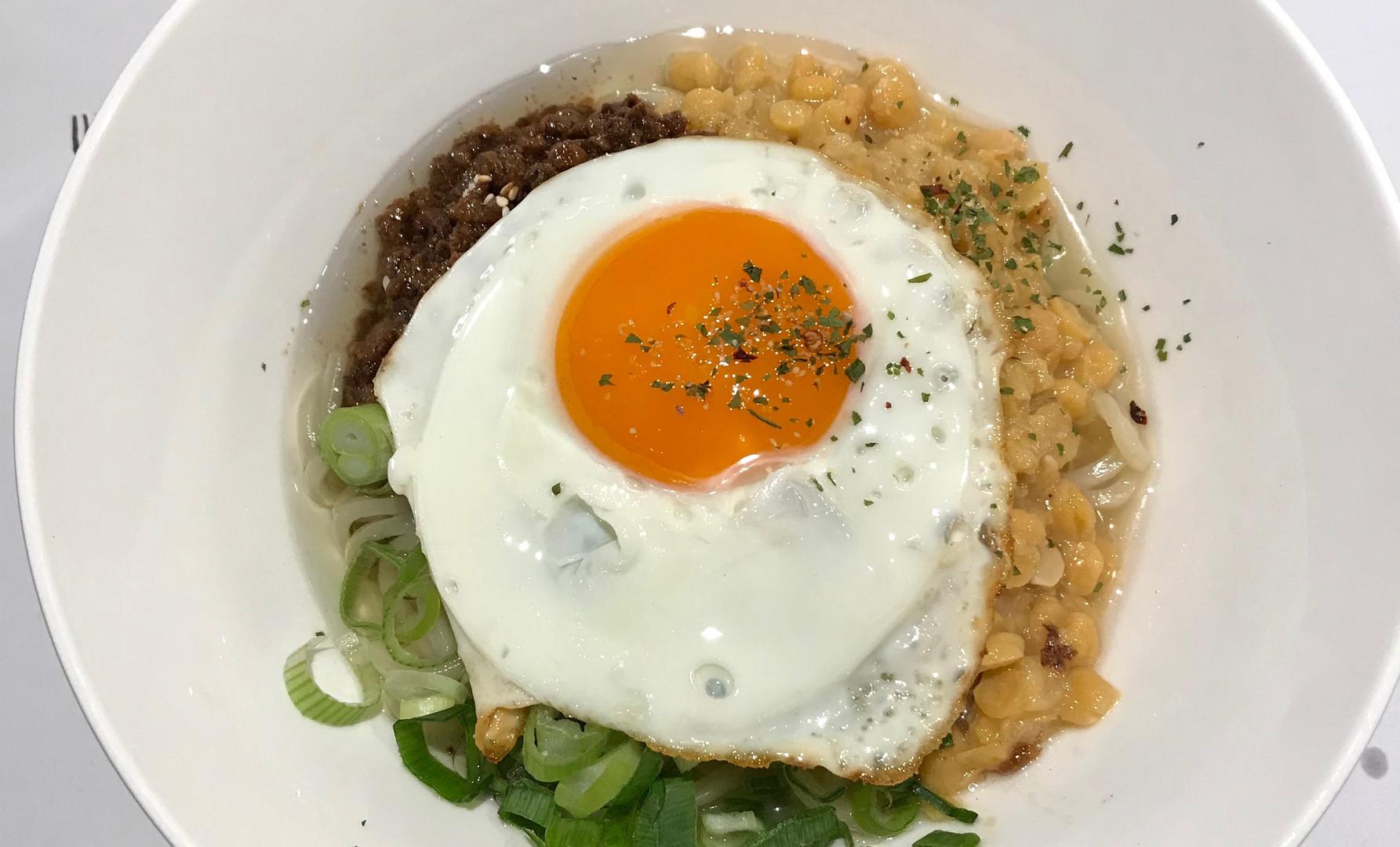 Noodles piccante con pollo e uova