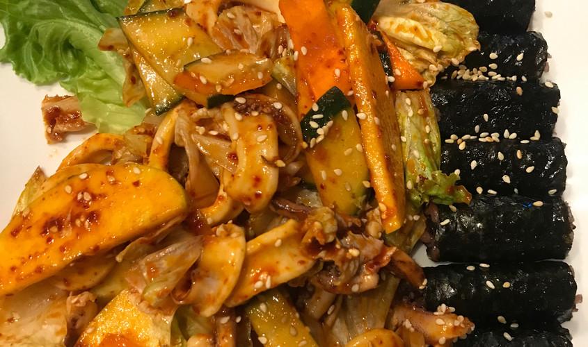 Ojingo ciomucim + Ciungmu kimpap - Calamari scottati e raffreddati, conditi con verdure fresche e mela in salsa piccante agrodolce Lee's + riso venere al vapore condito e arrotolato in alghe essiccate