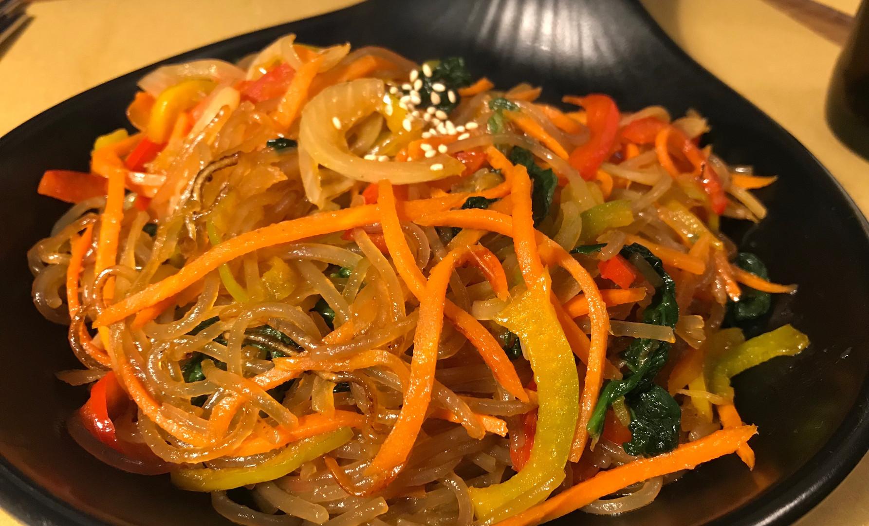 Yace Giapce: spaghetti di fecola di patate dolci, spinaci, carote, cipolla, peperoni, salsa di soia, olio di sesamo