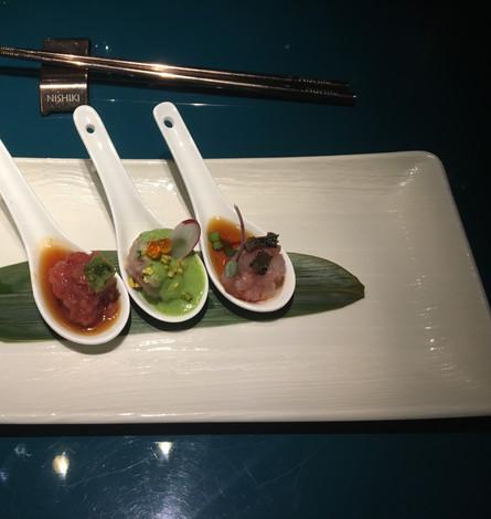 Piccole tartare: Tonno con wasabi, Ricciola con rucola e pistacchio, Gamberi di Mazzara