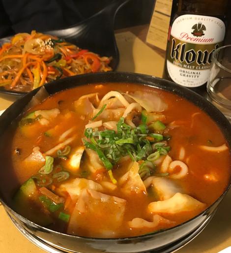 Zzampong Udon: cipolle, zucchina, cavolo, olio di peperoncino, soia, carote, cipollotti e frutti di mare + Udon