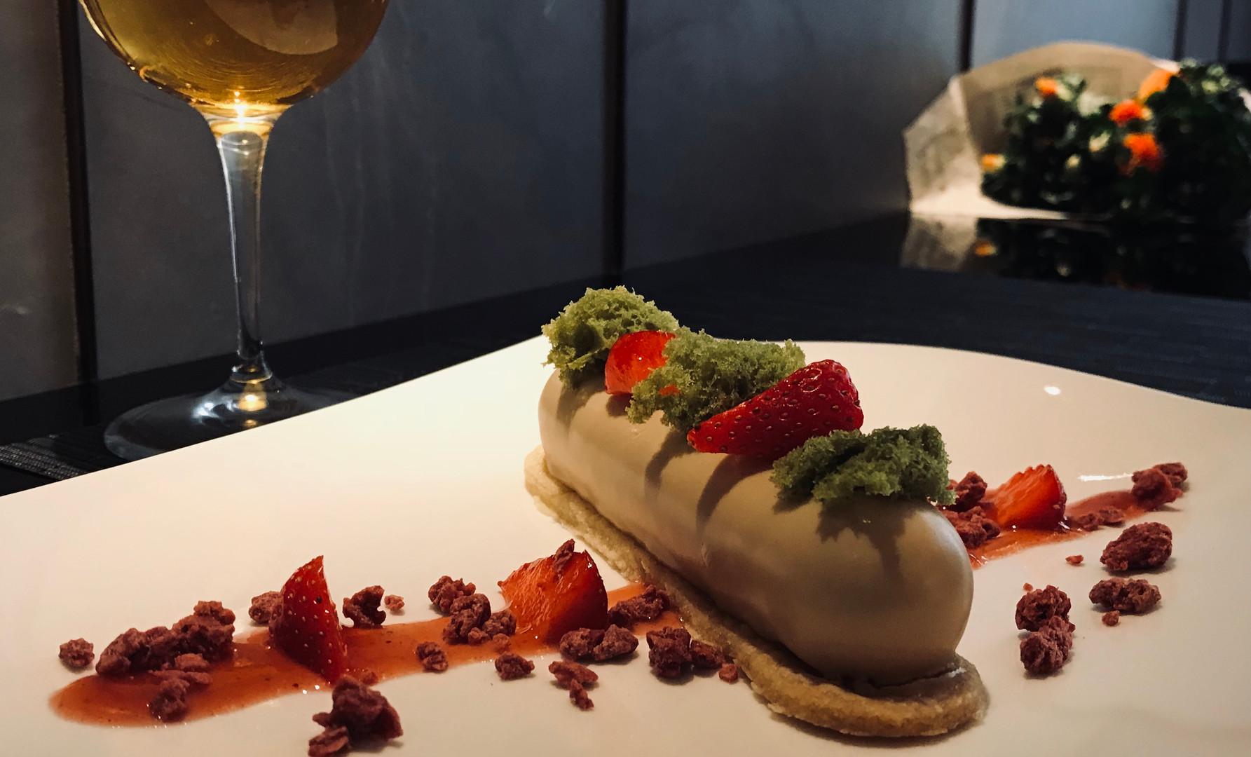 Strawberry Elegance (mousse al caramelia, croccante di fragola, ganache di cioccolato bianco e miso, glassa al dulcey)