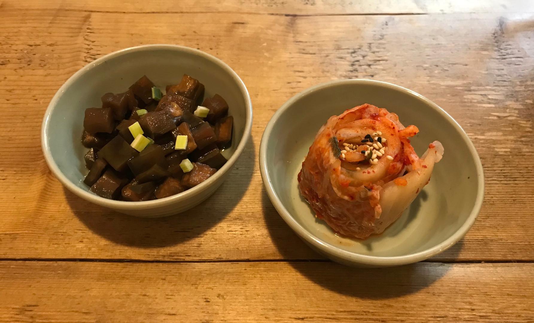 A sinistra Kimci (cavolo Fermentato) e Gaji (melanzana in salsa di soia)