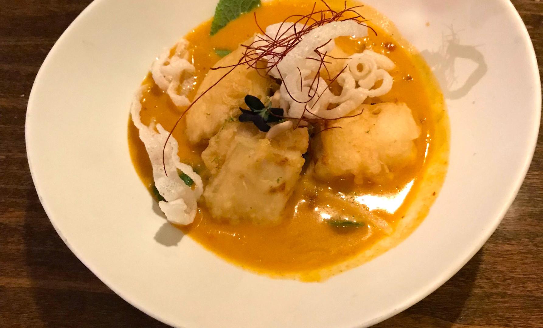 TOFU MASSAMAN (Tempura di tofu croccante con insalata di riso venere e verdure insaporita con salsa massaman)