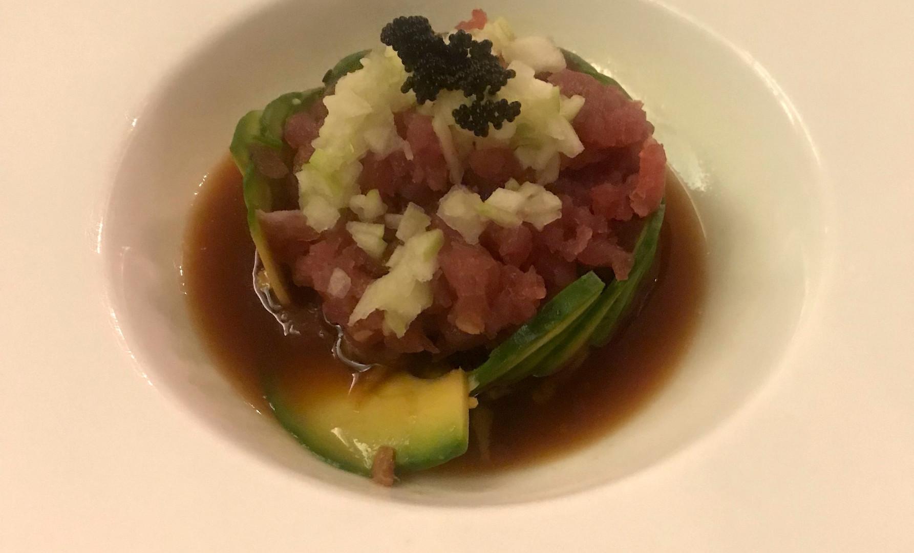 Tartare di tonno con avocado, tobiko, mela verde, kisen sauce e philadelphia (!)