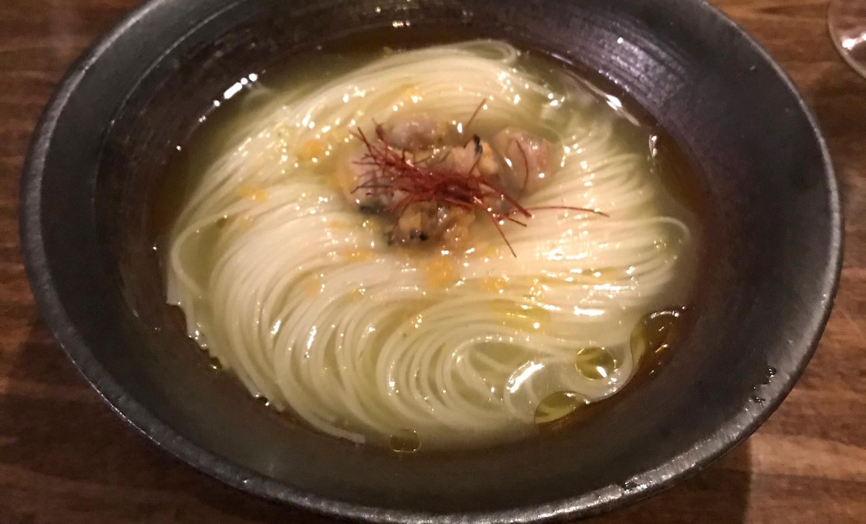ASARI SOMEN (capellini di grano serviti freddi con fumetto umami di zucchne e cipolla, insaporiti da vongole al sale)