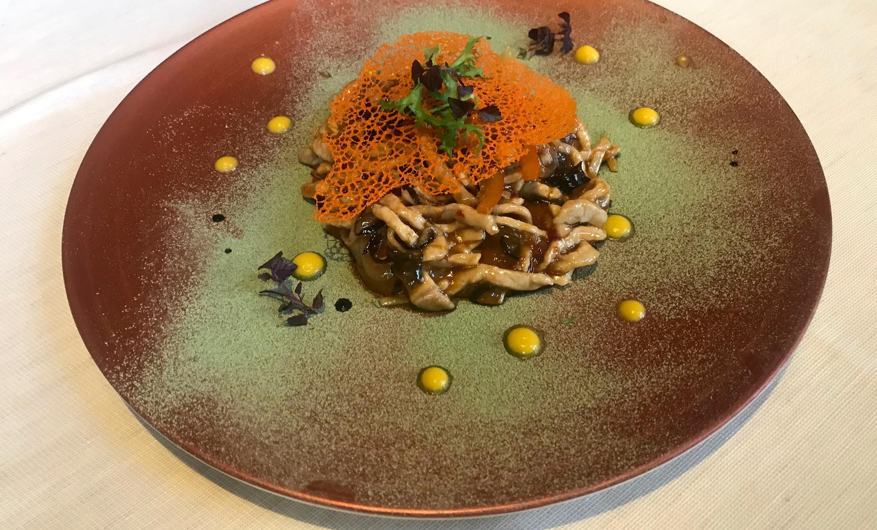 Straccetti di lonza di maiale saltati con peperoni rossi, funghi Mu-Ehr e bambù
