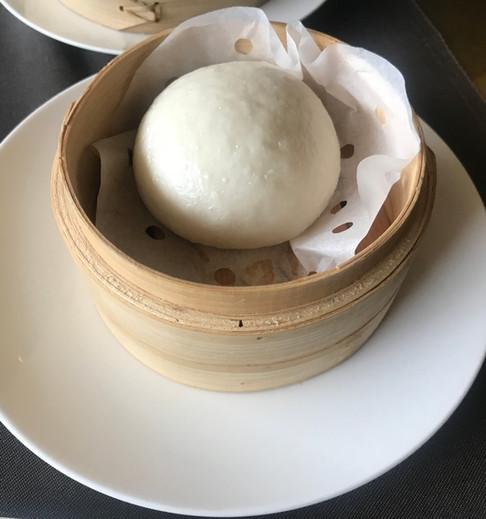 Baozi - Piccolo pane bianco cinese lievitato, cotto al vapore, farcito con ragù di maiale e soia fermentata