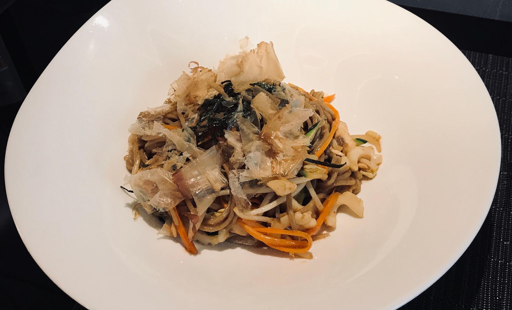 Yaki Soba con calamari, pesce bianco e verdure