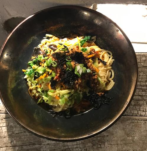 Noodle con verdure e maiale