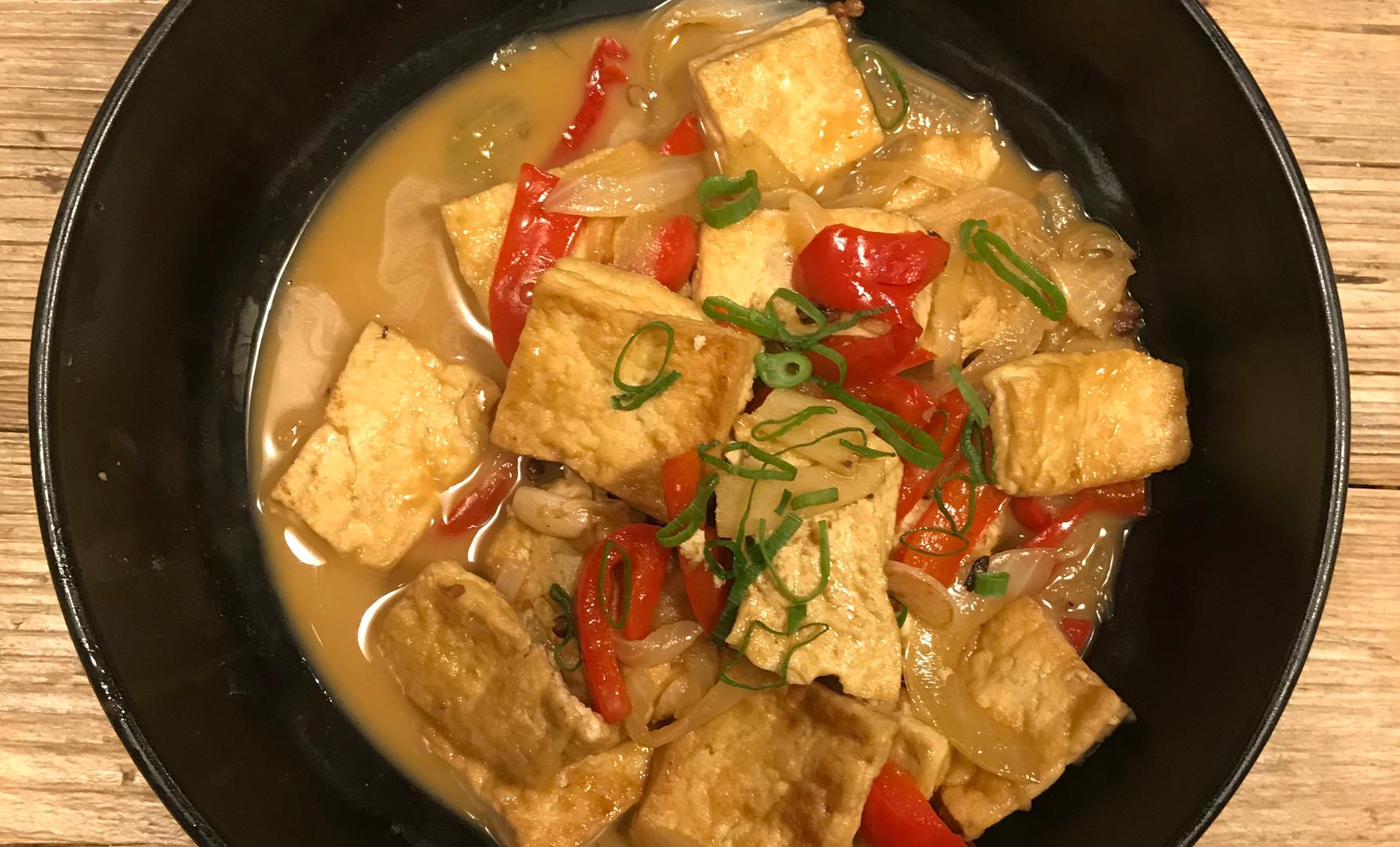 Tofu casereccio, preparazione artigianale con salsa biologica, rosolato prima in wok con zenzero cipolla e peperone