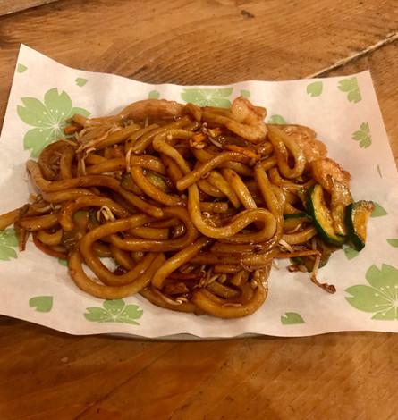 Yakiudon con gamberi grigliati, cipollotti, salsa yakisoba e fiocchi d'alga