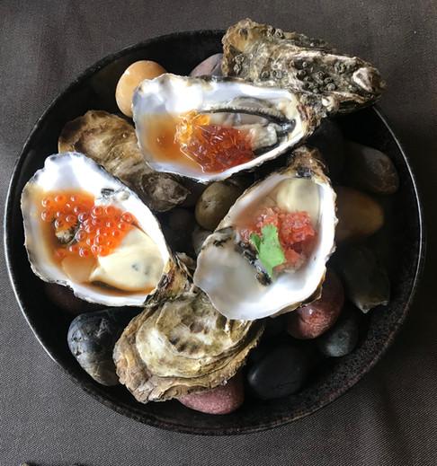 Ostriche Kei - Trilogia di ostriche Fine de Claire servite con gelatina di tosazu, spuma di ponzu, battuta di cipolla rossa e pomodoro datterino