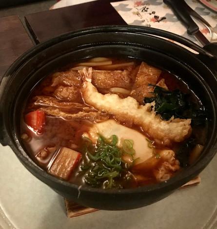 Udon caldo di Nagoya con miso rosso, carne, uovo e tempura di gamberi