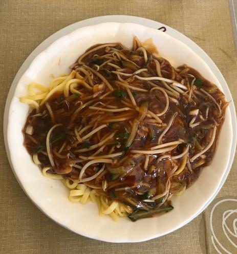 Noodles alla pechinese con salsa di aceto di riso, aglio verdure e carne di maiale