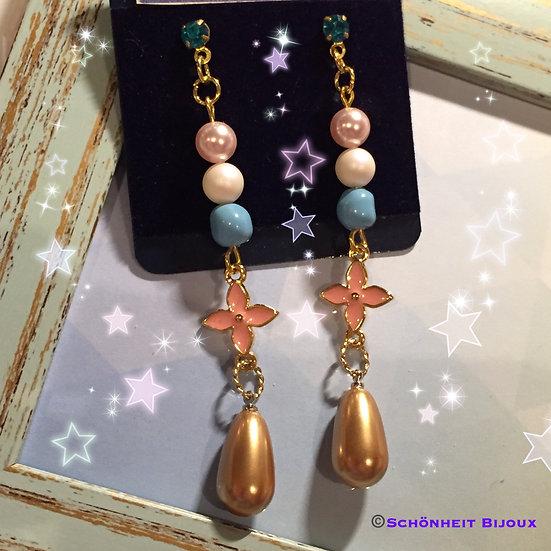 レアなスワロフスキーパールとフラワーチャームピアス/Swarovski Pearl Flower Earrings (Gold)